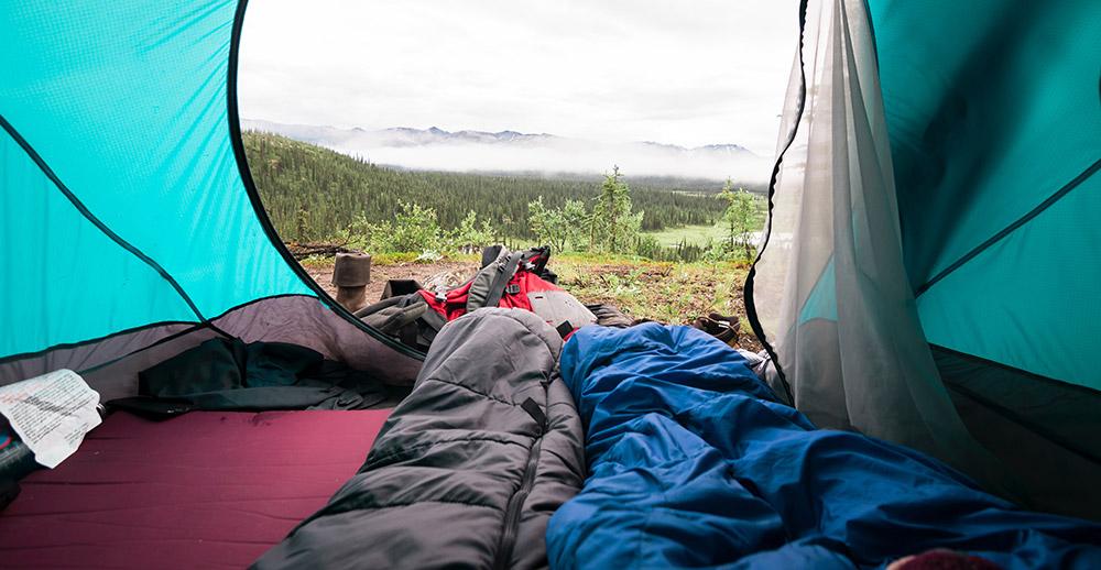 Nodig om te slapen bij het kamperen, slaapzak